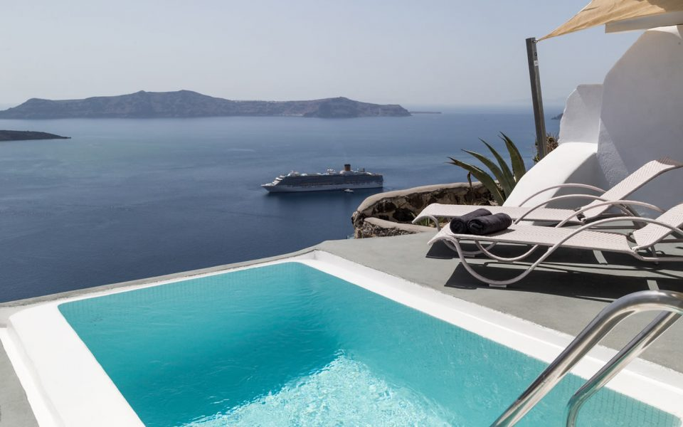 Pearl Suite with a private pool in Santorini